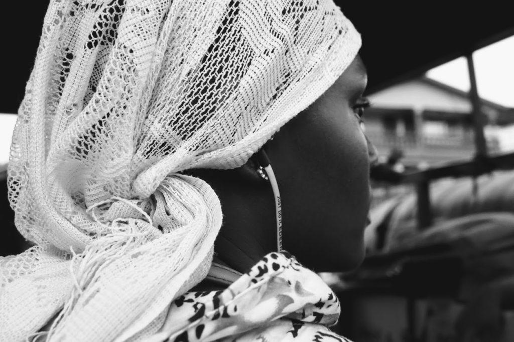 Niña adolescente mirando hacia adelante - Proyecto Salir de la Prostitución de Child Heroes
