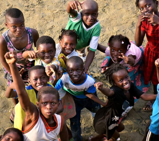Grupo de niños mirando y señalando la cámara - Donativos a Child Heroes