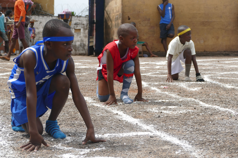 Niños preparados para comenzar una carrera - Proyecto Recomponer el corazón de Child Heroes