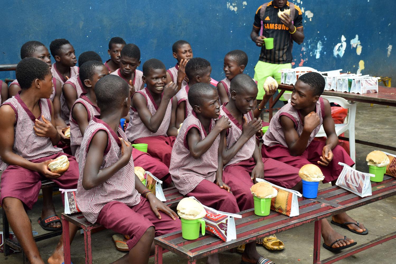 Grupo de niños almorzando en el colegio - Proyecto Recomponer el corazón de Child Heroes
