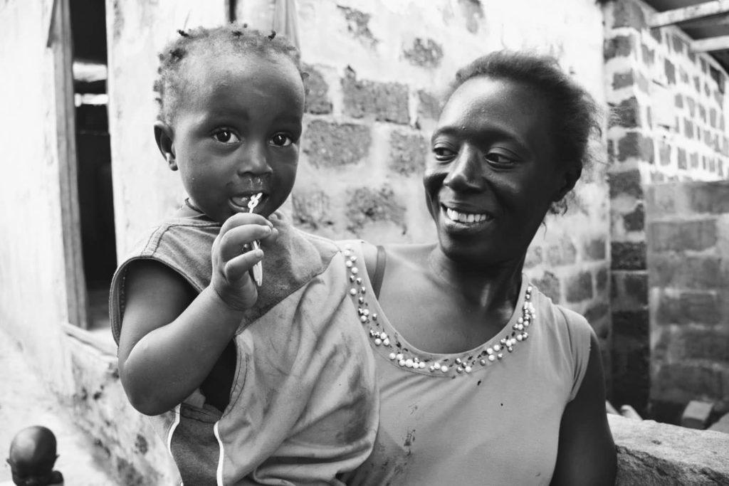 Madre con niño a la espalda - Proyecto Prevenir desde la Familia de Child Heroes
