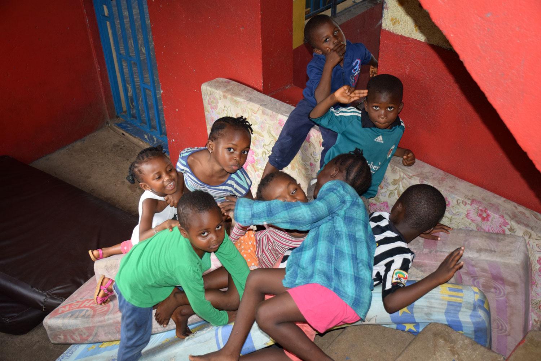 Grupo de niños jugando sobre unos colchones - Proyecto Recomponer el corazón de Child Heroes